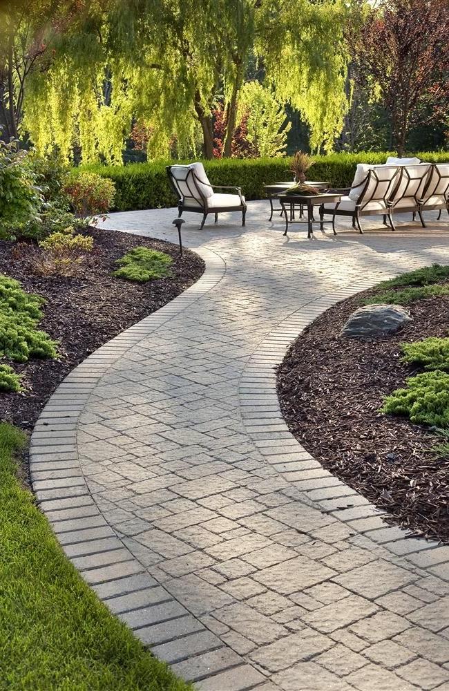 Les dalles de pavage sont un matériau idéal pour les allées de jardin