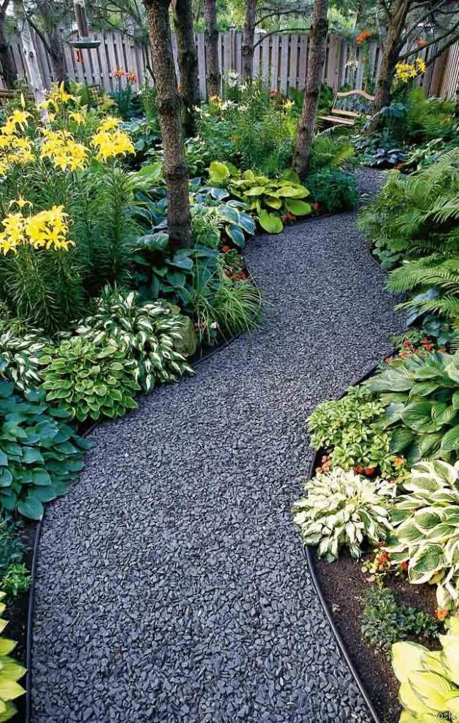 Le chemin de remplissage a fière allure dans le paysage du jardin