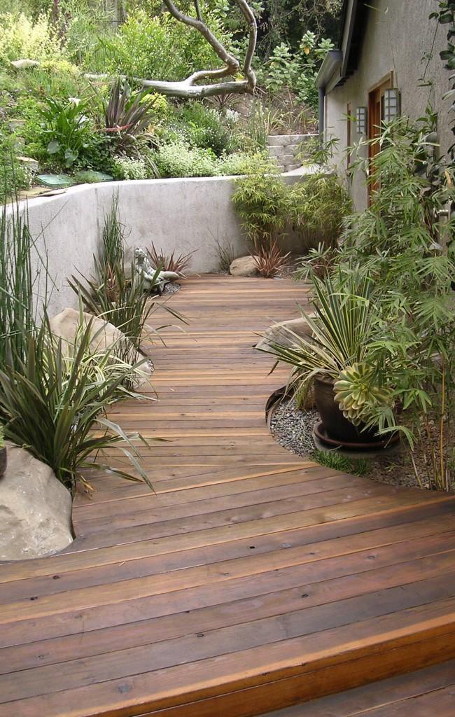 Allée de jardin en bois