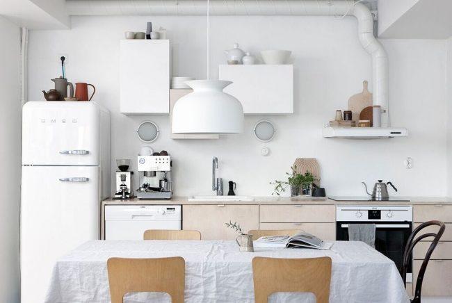 La nappe en coton est parfaite pour une table de cuisine de style scandinave