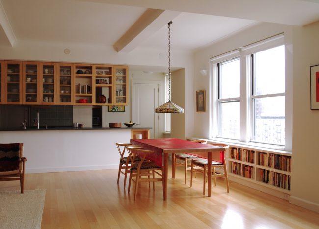 Nappe en toile cirée rouge à l'intérieur de la cuisine Art Nouveau