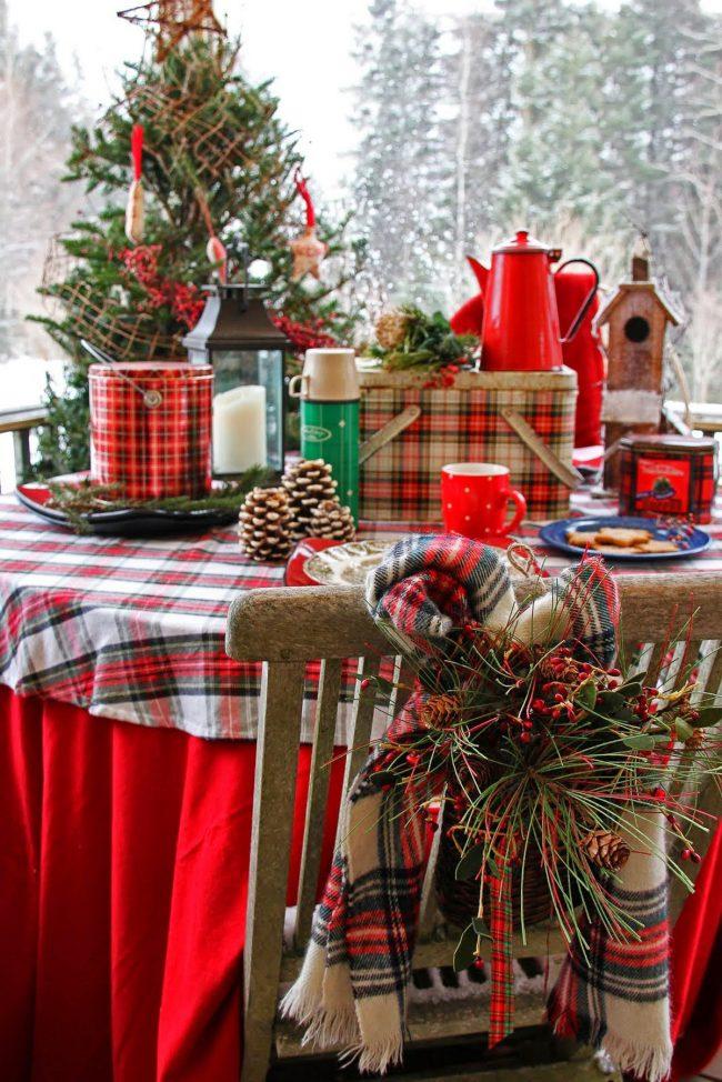 Table de fête recouverte d'une nappe avec un motif de Noël