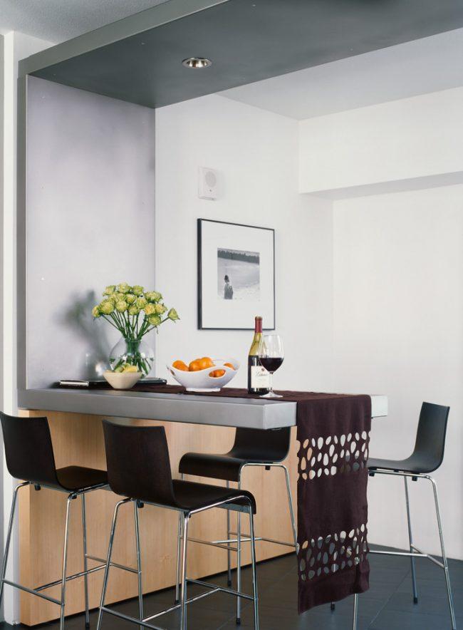 Une petite table à manger décorée d'un coureur à l'intérieur d'une cuisine moderne