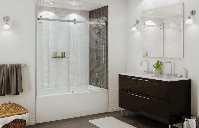 Petite salle de bain, qui est visuellement rehaussée par une grande quantité d'éclairage, un grand miroir et un rideau de verre clair