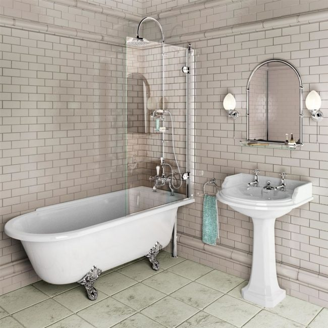 Petite salle de bain cosy aux couleurs claires avec un petit rideau de verre dans l'espace douche