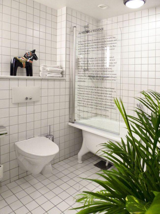 Le rideau de verre dans la salle de bain peut être décoré pour tous les goûts, même le décorer avec du texte