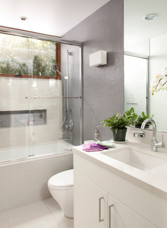 Un rideau de verre est parfait pour une petite salle de bain, car il crée une sensation de légèreté sans encombrer l'espace.