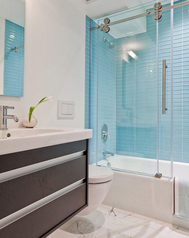 Rideau de bain coulissant en verre aux couleurs claires
