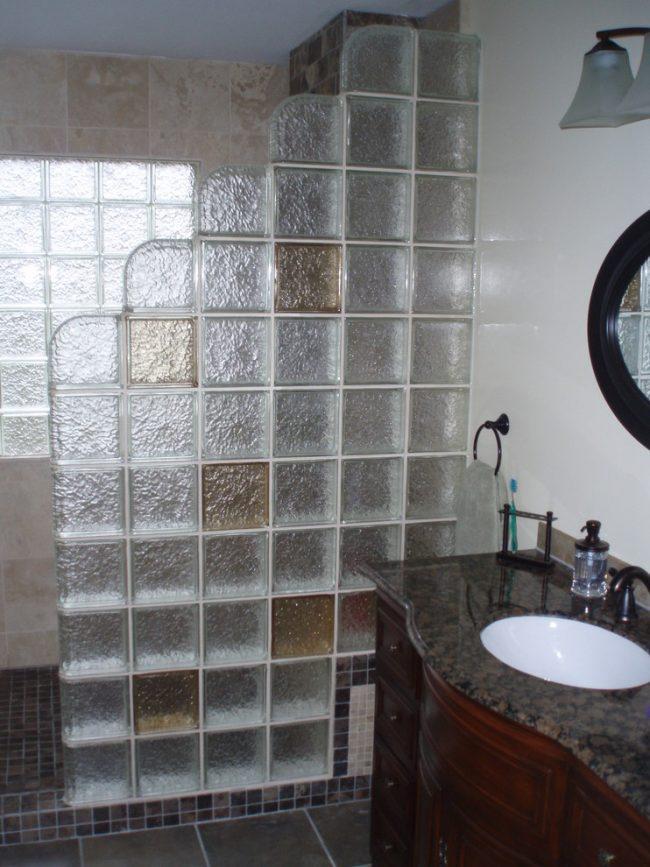 N'ayez pas peur d'expérimenter, créez votre propre design de rideau de verre pour une salle de bain, essayez de combiner différentes couleurs, formes et textures