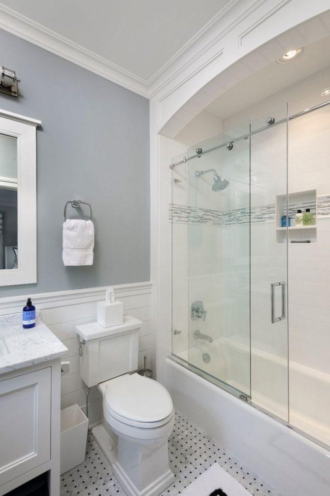 La meilleure option pour une petite salle de bain : des couleurs claires en décoration et un rideau de verre, qui n'encombre pas l'espace et rend la pièce lumineuse