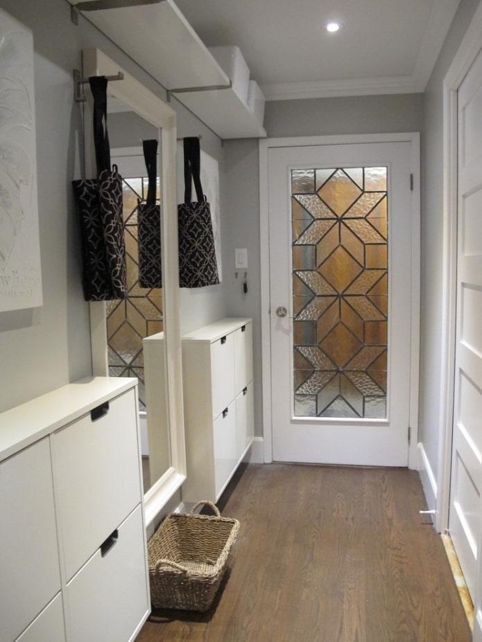 meubles étroits dans le couloir
