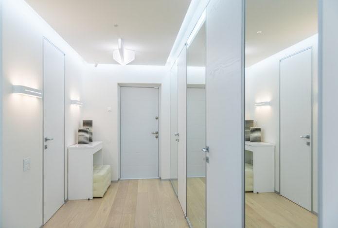 hall d'entrée lumineux avec de grands miroirs