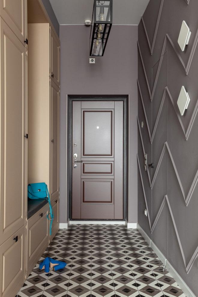 couloir étroit avec des murs marron et des meubles beiges