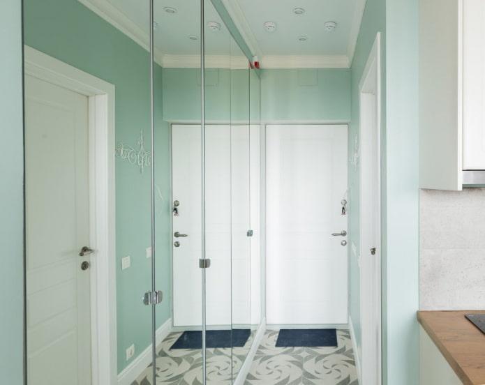 hall d'entrée étroit avec une armoire à façades en miroir