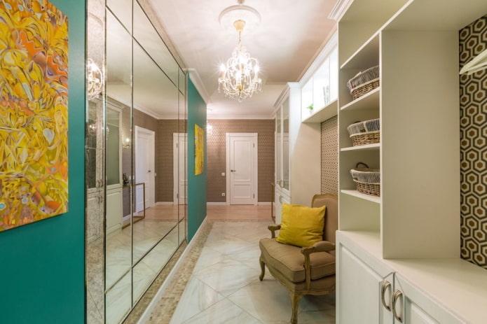couloir étroit avec un panneau de miroir