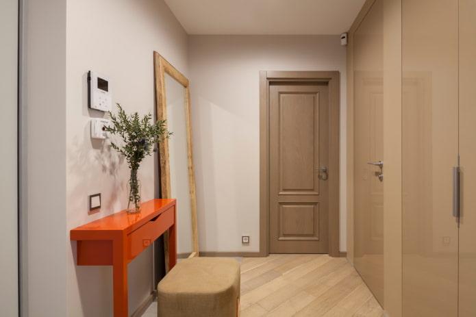 couloir lumineux avec miroir au sol