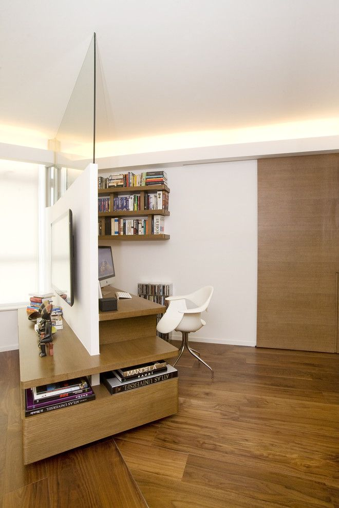 Dans le salon, à l'aide d'une étagère, vous pouvez séparer la zone de loisirs ou mettre en valeur le bureau