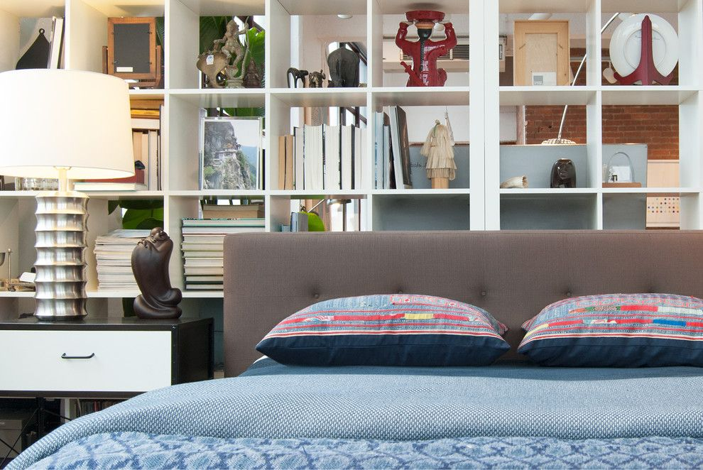 Une étagère peut compenser avec succès l'absence de niche pour un lit.