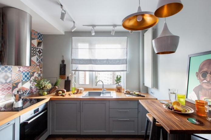 rideaux de couleur blanche à l'intérieur de la cuisine