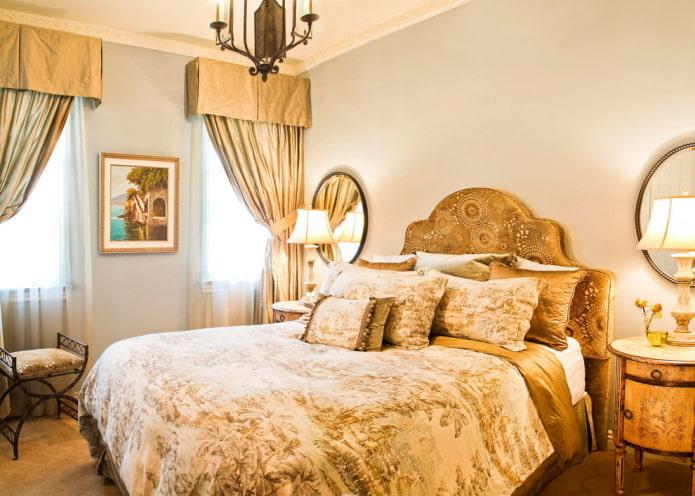 rideaux de teinte dorée dans la chambre