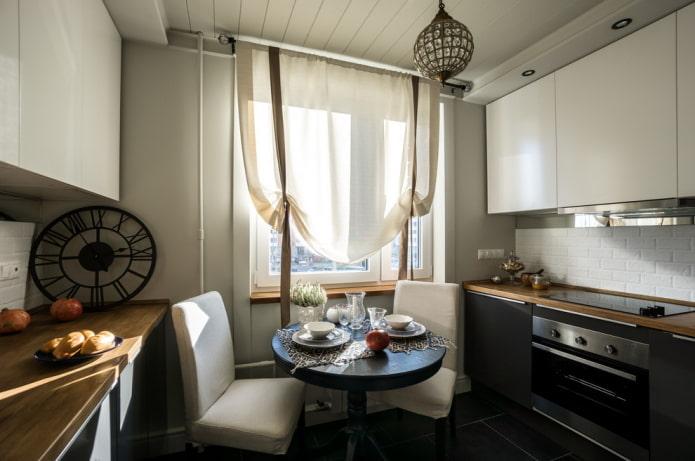 rideaux beiges dans la cuisine