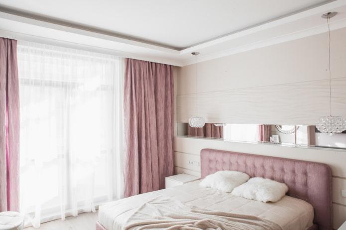 rideaux roses dans la chambre