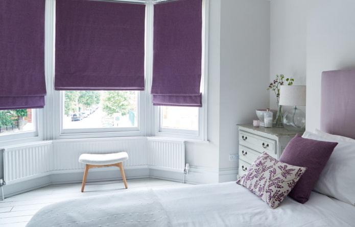 rideaux romains violets dans la chambre