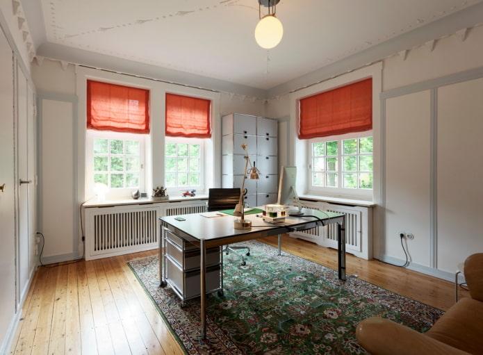 rideaux orange dans le bureau