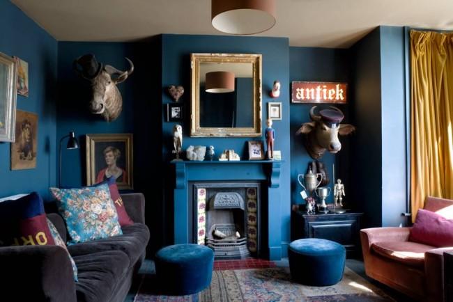Beaucoup de bleu informel à l'intérieur du salon