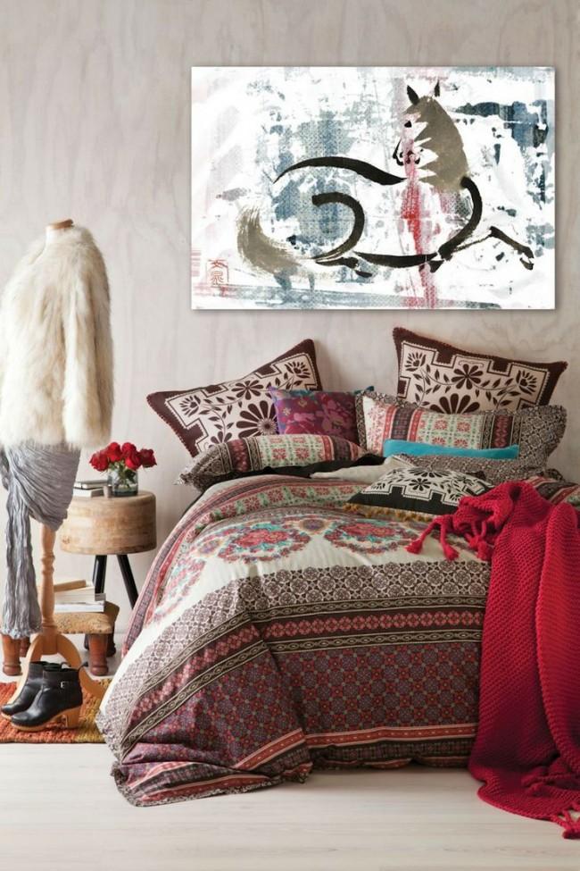 Bel intérieur de chambre dans un style bohème