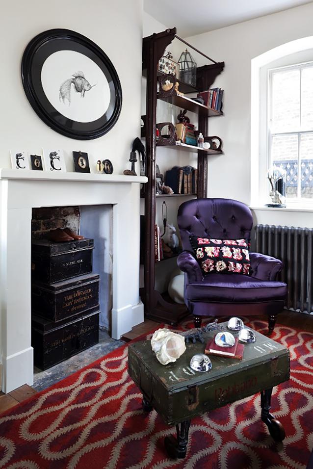 La niche de la cheminée sert d'armoire, des boîtes à chaussures peuvent être placées ici, comme sur cette photo