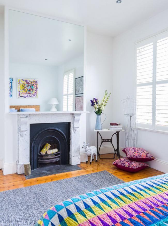 Bûches peintes de différentes couleurs, assorties à la pièce, pour une fausse cheminée