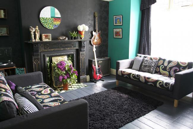 Idée créative de placer une fausse cheminée dans un salon sombre