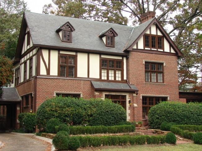 Les poutres horizontales, verticales et diagonales sont la principale caractéristique du style architectural à colombages.