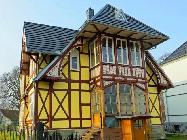 Le bois artisanal et la perfection des détails donnent à la maison une élégance