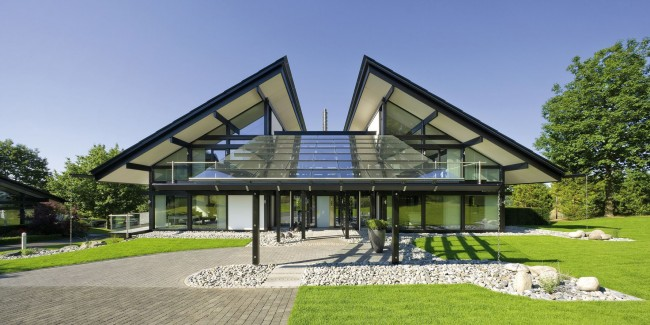 La construction de maisons à pans de bois avec vitrage intégral est de plus en plus populaire.