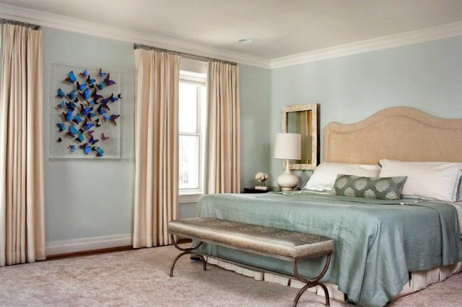 Les couleurs pastel de la chambre sont diluées avec de riches nuances de décorations murales