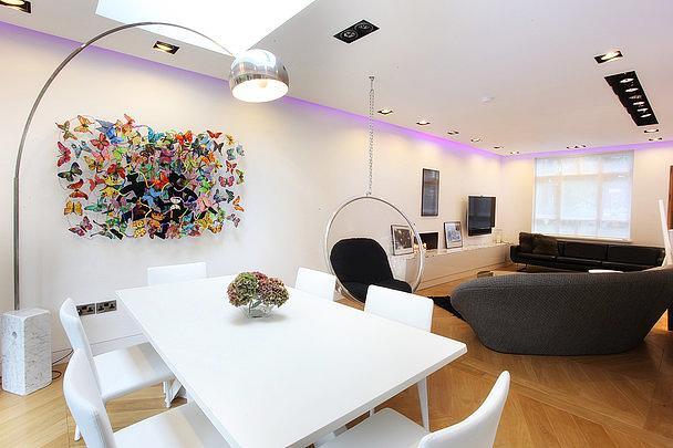 Imitation d'une peinture murale faite de papillons et de fil de fer dans un intérieur moderne d'un studio