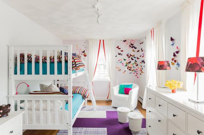 Chambre d'enfants de style Art Nouveau avec un décor lumineux de papillons colorés