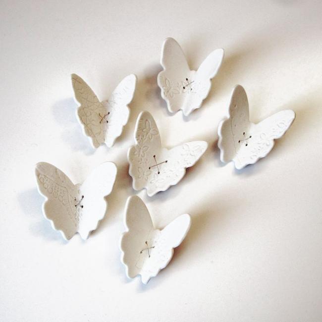 Des papillons en céramique raffinée aideront à décorer la pièce
