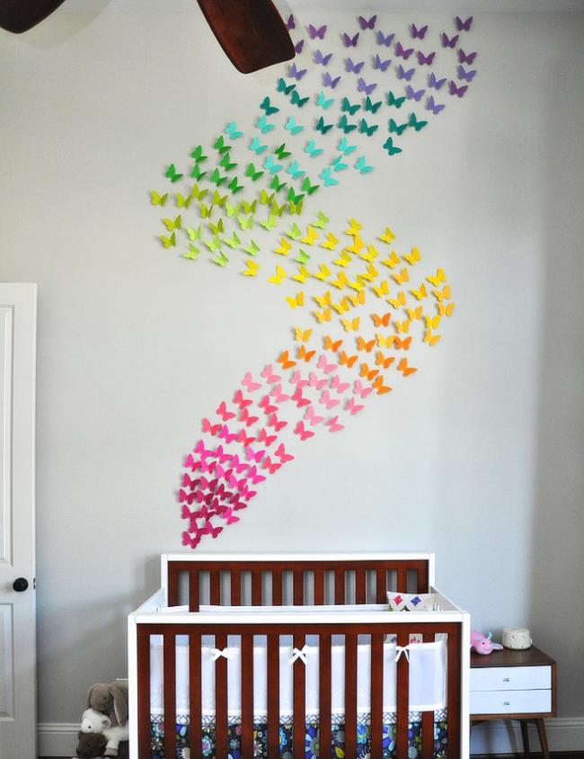 Excellente idée de placer des papillons colorés au-dessus d'un berceau