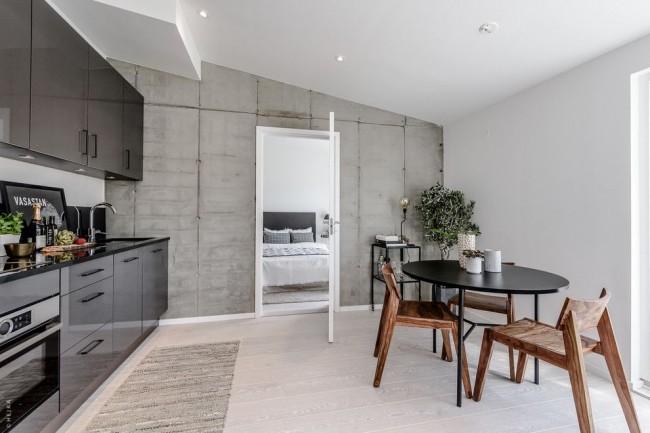 Porte blanche dans la cuisine dans un intérieur de style loft gris