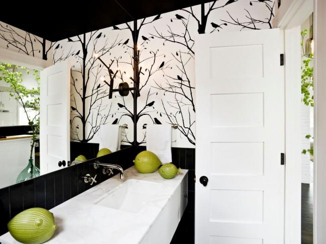 Combinaison contrastée en noir et blanc dans la salle de bain