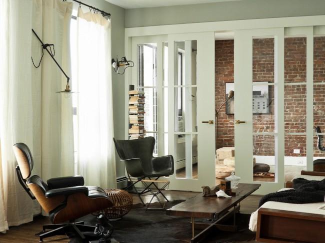 Portes blanches à l'intérieur.  Style contemporain, très adapté aux appartements en copropriétés modernes, et couleur blanche des portes-fenêtres coulissantes
