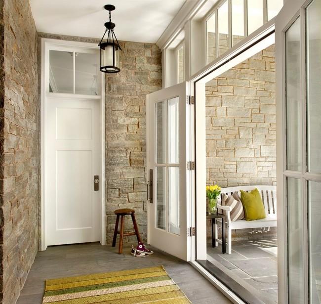 Les murs en pierre et les portes blanches sont une combinaison très intéressante et toujours fraîche.