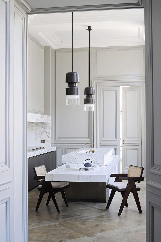 Un élégant mélange d'antiquité et de modernité et des portes hautes à deux vantaux