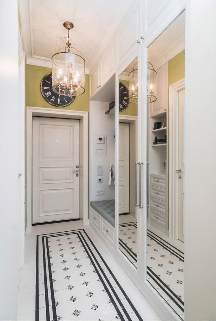 miroir pleine longueur à l'intérieur d'un couloir étroit