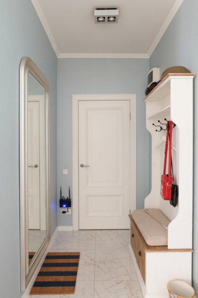 siège avec une place pour les chaussures à l'intérieur d'un couloir étroit