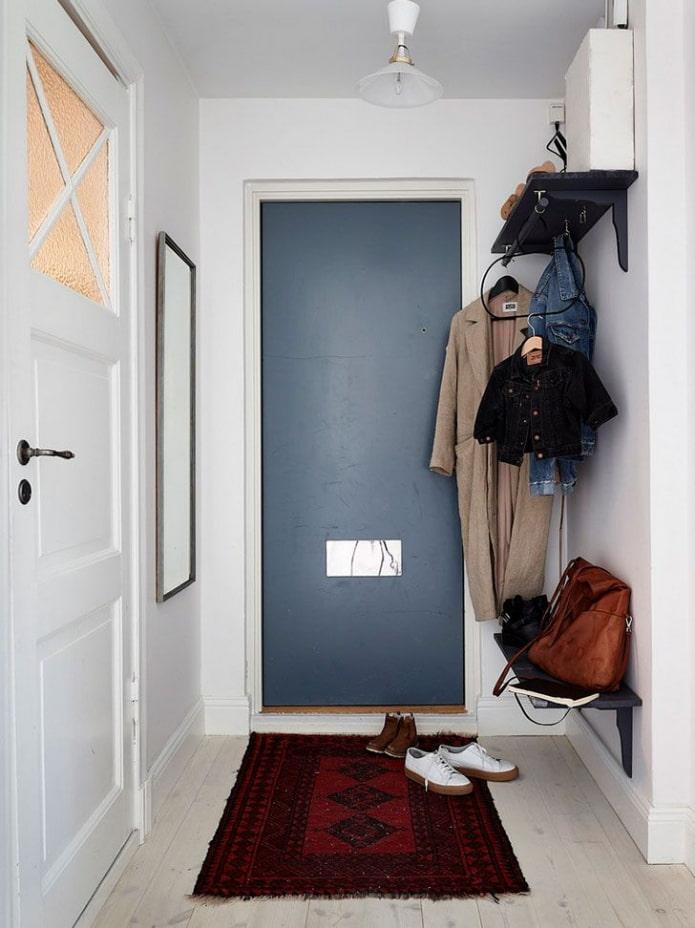 système de stockage ouvert à l'intérieur d'un couloir étroit