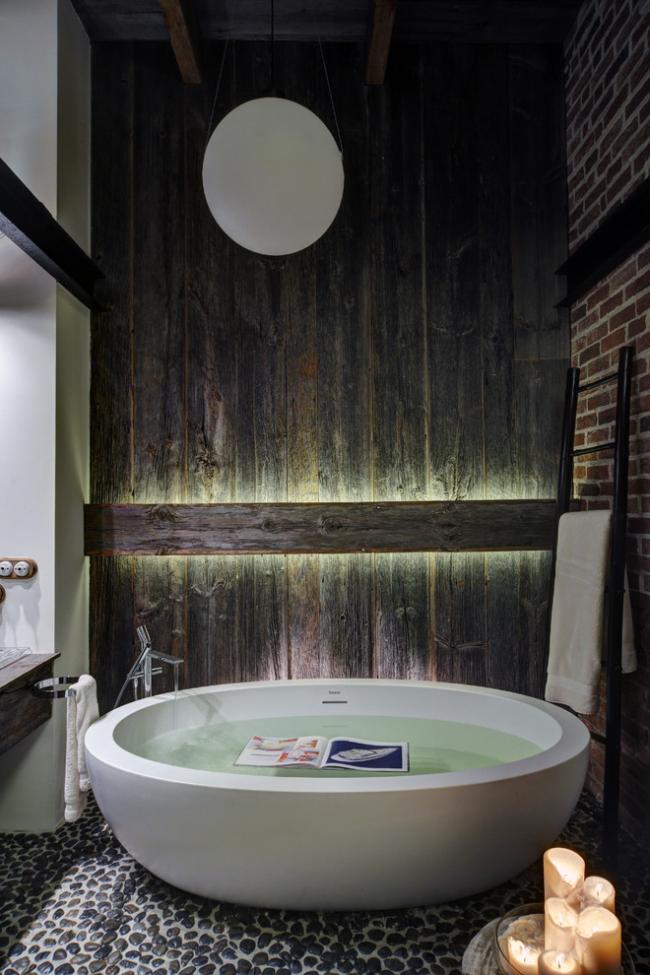 Les cailloux sur le sol de la salle de bain sont beaux et élégants